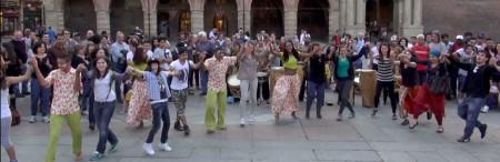 Bologna, Piazza Maggiore i ragazzi di Pé no Chão con i ragazzi del Pilastro