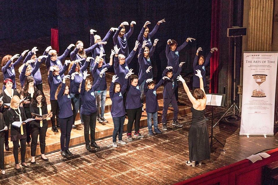 mani-bianche-teatro-argentina